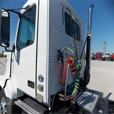 Used VOLVO VNL64T300 Heavy Duty Truck for Sale